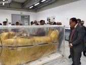 رئيس الوزراء يتفقد تابوت توت عنخ آمون الذهبى بعد نقله للمتحف الكبير