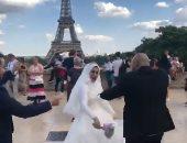 المصرى معروف بجبروته.. شاهد ما فعله زوجان مصريان فى زفافهما أمام برج إيفل