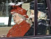 الملكة اليزابيث تتألق باللون الأحمر البراق خلال إجازتها الصيفية