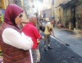 صور.. رئيس حى جمرك الإسكندرية تتفقد أعمال الرصف بنطاق الحى