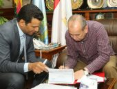 محافظ كفر الشيخ يبحث 100 تظلم للمزادات وتقنين الأراضى مع مفوض الدولة