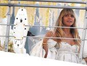 صور..للمرة الثانية هيدي كلوم تفقد أناقتها بحفل زفافها بسبب ظهورها حافية