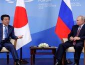 رئيس وزراء اليابان يلتقى بوتين على هامش قمة منتدى الشرق الاقتصادى