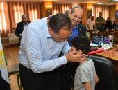 محافظ الشرقية يستقبل طفل مريض سرطان ويكلف بتوفير شقة لوالدته