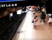 فيديو.. دفع شاب على قضبان قطار فى إسبانيا دون سبب