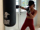 """بجسد ممشوق.. فيكتوريا بيكهام تمارس """"الملاكمة"""".. تعرف على سعر حذائها"""