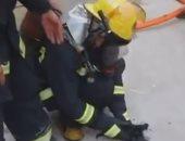 الإنسانية فى أبهى صورها.. رجال إطفاء ينقذون جراء من حريق بالصين