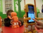 شاهد.. روبوت يشجع الأطفال على التعلم فى تشيلى