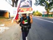 شاهد.. إندونيسى يسير بظهره 700 كيلو متر لإنقاذ الغابات