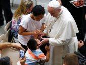 بابا الفاتيكان يداعب الأطفال و يلتقط صور تذكارية أثناء القاء عظته بساحه القديس بولس
