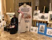 فنان يرسم لوحات تذكارية فى الحرم ويهديها للحجاج.. صور