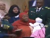 شاهد ..لحظة طرد البرلمان الكينى لنائبة بسبب اصطحاب رضيعها