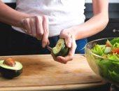 6 أطعمة تخفض الكوليسترول .. منها المكسرات والأفوكادو