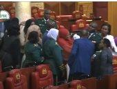 """صور.. طرد النائبة """"زليخة"""" من البرلمان الكينى بسبب رضيعها"""