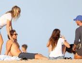 جوينيث بالترو تستمتع بالإجازة مع حبيبها السابق على الشاطىء