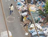 تراكم القمامة أمام كنيسة ومستشفى الآنبا تكلا فى كامب شيزار بالإسكندرية