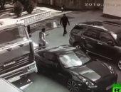 شاهد.. رجل يوقف شاحنة بيديه لتجنب صدامها بسيارة فارهة