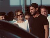 صور .. وصول جينفير لوبيز إلى مطار العلمين بصحبة منظم حفلها