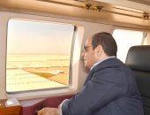"""السيسي يتفقد مشروعات الصوب الزراعية بقاعدة """"محمد نجيب"""" جواً"""