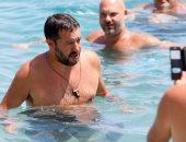 وزير الداخلية الإيطالى يلتقى أنصاره على الشاطئ