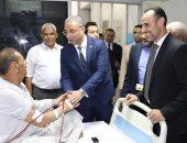 صور.. محافظ سوهاج يشارك المرضى فرحتهم بعيد الأضحى المبارك