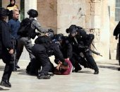 قوات الاحتلال تقتحم باحات المسجد الأقصى وتعتدى على المصلين قبل زيارة بينس
