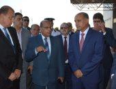 صور.. وزير الطيران يتابع انتظام حركة السفر والوصول بمطار القاهرة