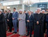 بشار الأسد بجوار كبار رجال الدولة أثناء صلاة العيد بسوريا
