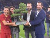 روما يتوج بكأس مابل جرين على حساب ريال مدريد ويحتفل بشجرة.. فيديو