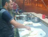 """""""الفطير والبيتزا الشرقى"""" وجبة أساسية لرواد المصايف بدمياط.. صور"""