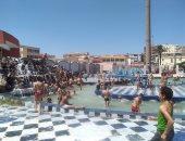 صور.. الأطفال يلجأون لحمامات السباحة والأهالى يتوافدون على الحدائق بكفر الشيخ
