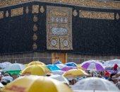مشهد مبهج.. شاهد نزول مياه الأمطار من مزراب الكعبة .. صور