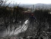 رجال الإطفاء يكافحون حريقا على جبل هيميتوس قرب أثينا