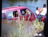انتشال سيارة ميكروباص سقطت فى ترعة السويس بالإسماعيلية.. صور