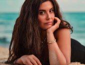 شاهد.. أنوثة دانا حمدان فى جلسة تصوير على الشاطئ