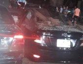 نيابة الشرقية تجرى معاينة بعد سقوط بلكونة وإصابة طالبين وتهشم 3 سيارات