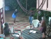 شاهد.. رجل هندى وزوجته ينجحان فى التصدى لهجوم مسلح بالأحذية والكراسى