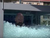 رجل نمساوى يحقق رقما قياسيا بالجلوس وسط الثلوج لمدة ساعتين ـ فيديو