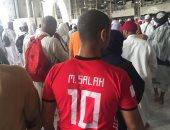 """حاج يطوف حول الكعبة بـ """"تى شيرت"""" محمد صلاح"""