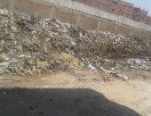 قارئ يطالب بإزالة القمامة من طريق مقابر قرية البرادعة فى القناطر الخيرية