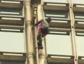 شاهد..مغامر فرنسى يتسلق ناطحة سحاب فى هونج كونج داعيا للسلام