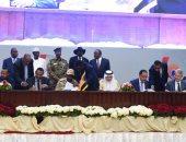 رئيس الوزراء يوقع شاهدا على الوثيقة الدستورية للفترة الانتقالية بالسودان