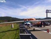 شاهد: طائرة كرواتية تهبط اضطرارياً على طريق سريع
