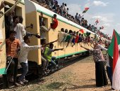 السودانيون يعتلون القطارات احتفالا بتوقيع وثيقة الدستور