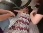 فيديو.. إنقاذ ذراع طفلة صينية أوشك سلم متحرك على بتره
