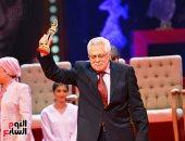 توفيق عبد الحميد يبكى خلال تكريمه بالمهرجان القومى للمسرح