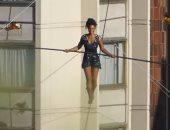"""شاهد.. فتاة فرنسية تعبر نهر """"فلتافا"""" على حبل بارتفاع 35 مترا فى التشيك"""
