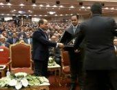 """شاهد.. وزير التعليم العالى يهدى درع """"عيد العلم"""" للرئيس السيسى"""