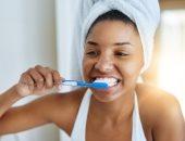 لو لونها اتغير من كتر القهوة.. وصفات طبيعية لتبيض الأسنان