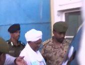 شاهد.. لحظة خروج الرئيس السودانى السابق من مقر المحكمة بالخرطوم